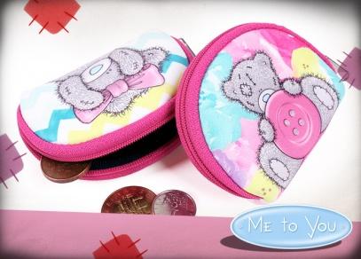 Minipeněženky Me to You mají rozměr 8,5 cm × 7 cm