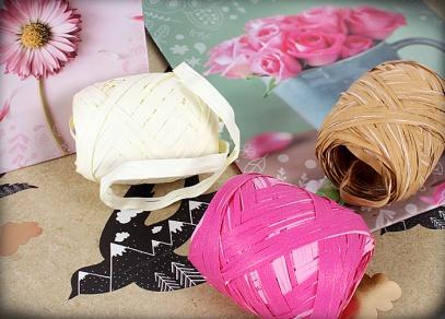 Přírodní raffie různých barev pro dokonalé dekorování dárků
