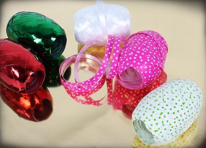 Barevné stuhy sladěné s balicím papírem dovedou Váš dárek k dokonalosti...