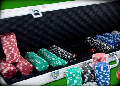 V kufříku se skrývá 500 žetonů (11,5 g), dva balíčky plastových karet, 5 červených kostek, žetony Dealer, Small a Big Blind
