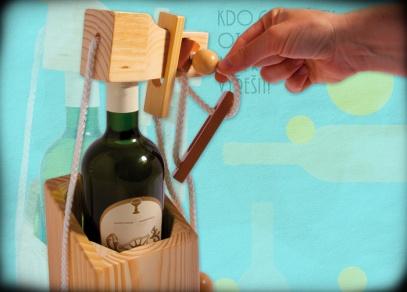 Hra obsahuje podrobný ilustrovaný návod, jak láhev do hlavolamu dostat! A také z něj...