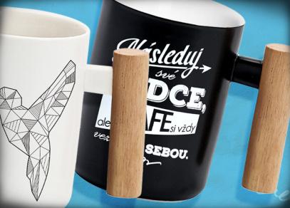 Součástí kolekce jsou i hrnky s dřevěnou rukojetí