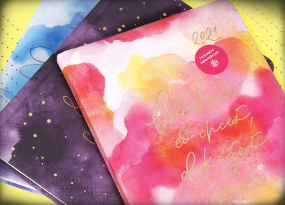 Akvarelové designy se zlatou ražbou na deskách motivačních diářů