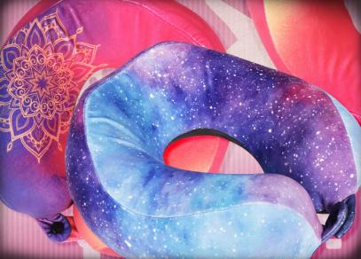 Žádané motivy Vesmír a Mandala nechybí ani na cestovních polštářích