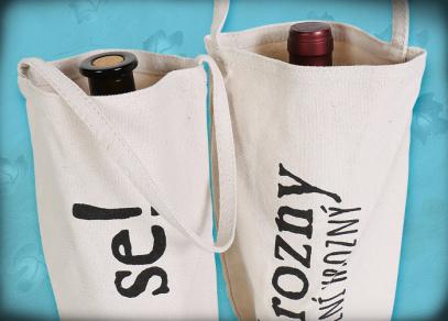 Praktický obal s uchem ke snadnému přenesení vína
