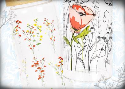 Barevné květy a vlčí mák na skleněných lahvích