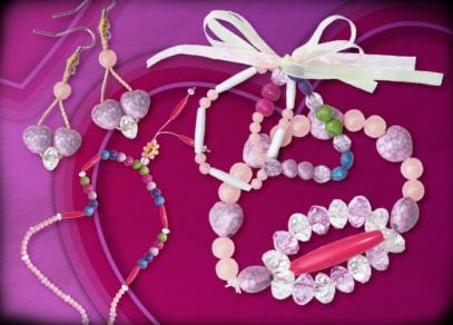 K dispozici jsou různé tvary a barvy korálků, které lze libovolně kombinovat.