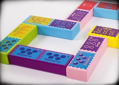 Nebaví děti stavět věž? Zahrajte si s nimi domino...