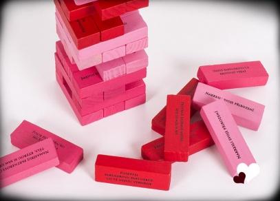 Hra obsahuje 48 kamenů s lechtivými úkoly