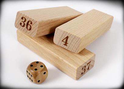 Věž s čísly - detail herních kamenů a kostky
