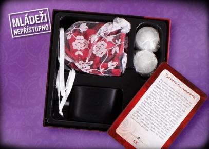 Sada obsahují okvětní lístky růží, černou pásku přes oči, romantické karty s návody...