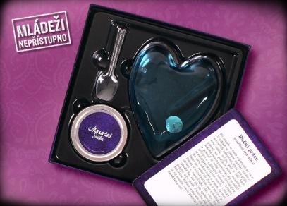 Uvnitř Svádění najdete ohřívací masážní srdce, rozpustnou masážní svíčku, lžičku a 24 karet s technikami masáže...
