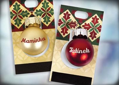 Dva typy barevných kuliček se jmény na tři typy malých vánočních stromečků