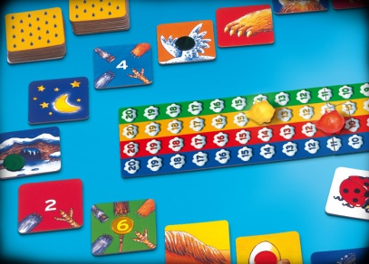 Hra obsahuje 60 karet se zvířaty, 24 karet vlastností, 16 hracích žetonů, 1 závodní dráhu k počítání bodů a 4 figurky prasátek