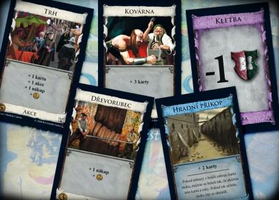 Některé z 500 karet strategické hry Dominion
