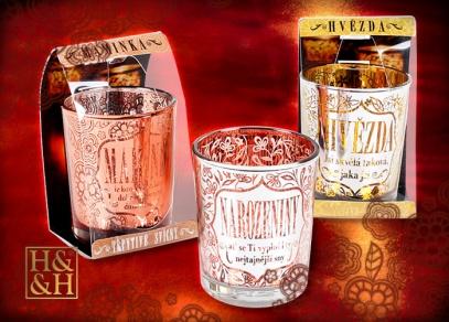 Svícny se jmény a nápisy na votivní a čajové svíčky